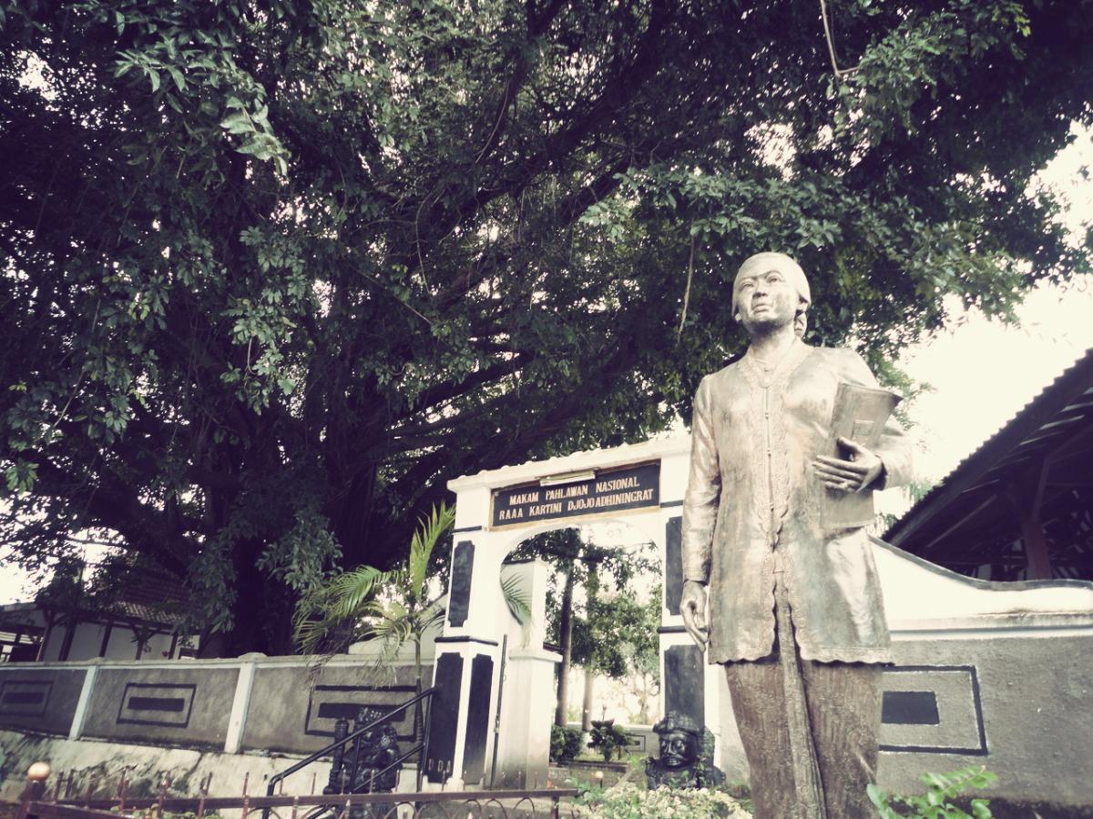 Suatu Sore di Makam Kartini